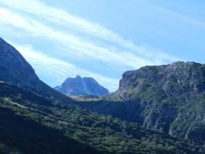 Rocca la Marchisa fa capolino in alto risalendo il vallone
